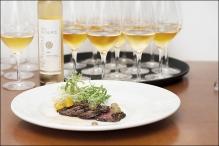 - Le vin de glace de l'Orpailleur fait à 100% de raisin de vidal, à la note sucrée de miel, de mangue et de pêche était accompagné d'un tataki de boeuf aux épices shichimi, émulsion de sésame et suprême d'agrumes complété par quelques raisins de vidal.
