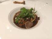 Champignons de saison à l'estragon,raviole de homard de la Nouvelle-Écosse aux cacahuètes,chou romanesco et os à la moëlle,